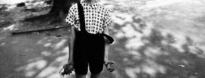 Arbus Diane - Child with Toy Hand Grenade in Central Park, New York City